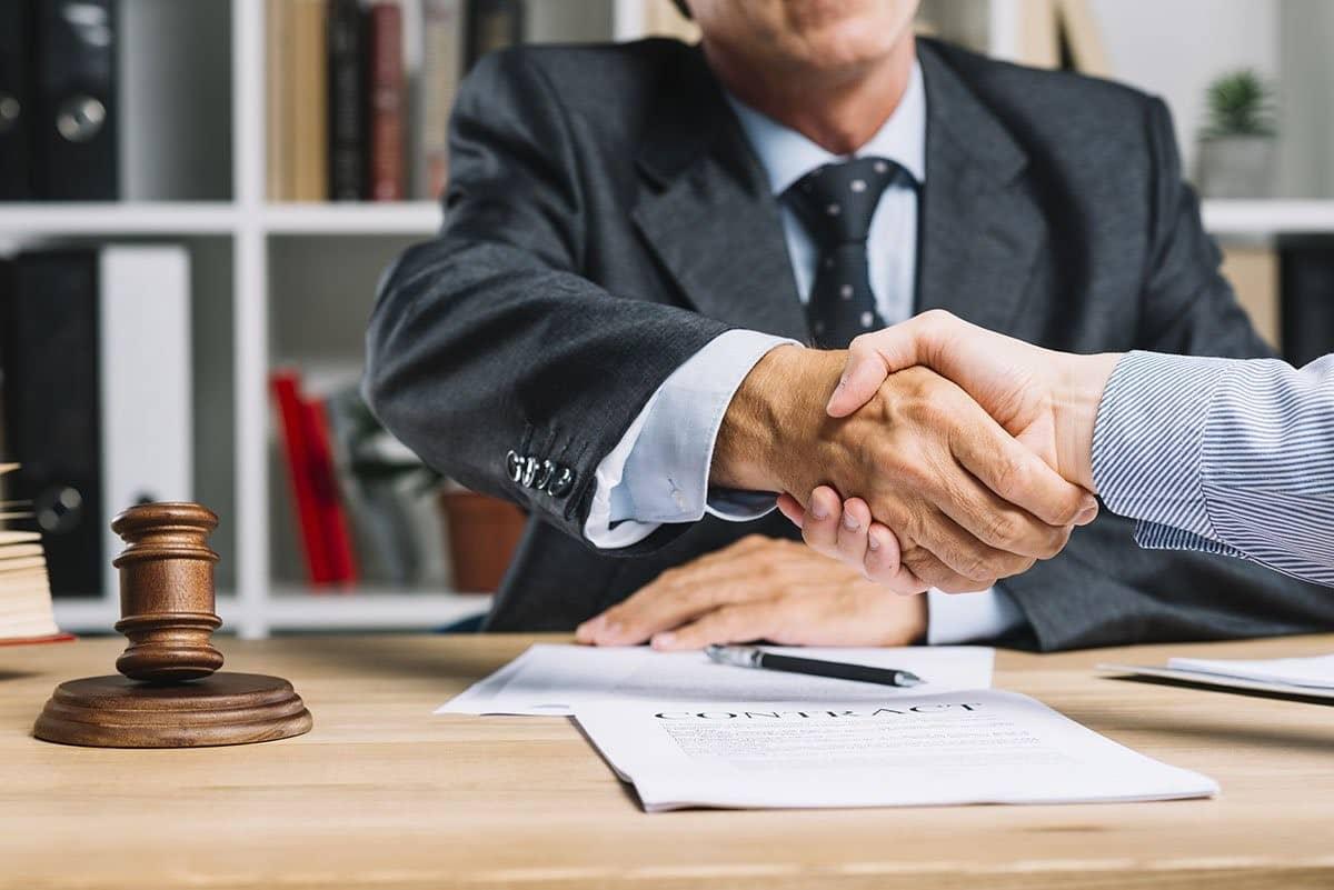 وکیل و فواید مشاوره حقوقی